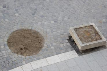 Ремонт продолжается: На главной площади в Ужгороде появились десятки дырок (ФОТО)