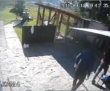 В Закарпатье двое грабителей попались на камеру во время преступления (ВИДЕО)