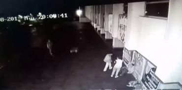 В центре Ужгорода камеры зафиксировали как банда цыган жестоко избила двух подростков (ВИДЕО)