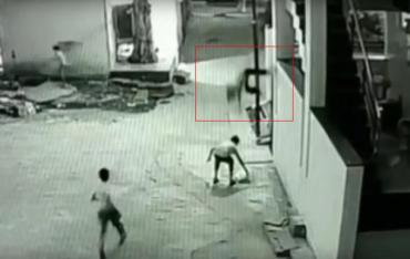Жесть: Камеры засняли падение ребёнка с 12-метровой высоты (ВИДЕО)