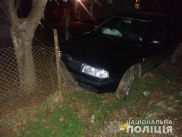 В Закарпатье, пьяный в дрова водитель разбил машину об забор, убегая от полиции (ФОТО)