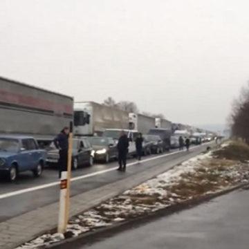И снова очередь: сотни автомобилей застряли на словацкой границе (ФОТО)